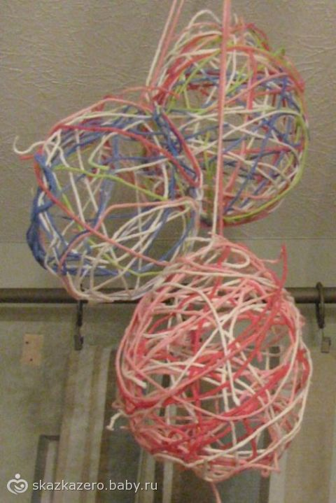 Вот такие яйца можно сделать из ниток и украсить чем-нибудь потом.