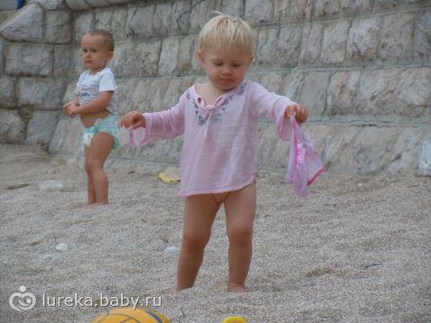 Маленькая девочка сняла трусики